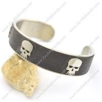 3 Skull Heads Leather Bangle b002997